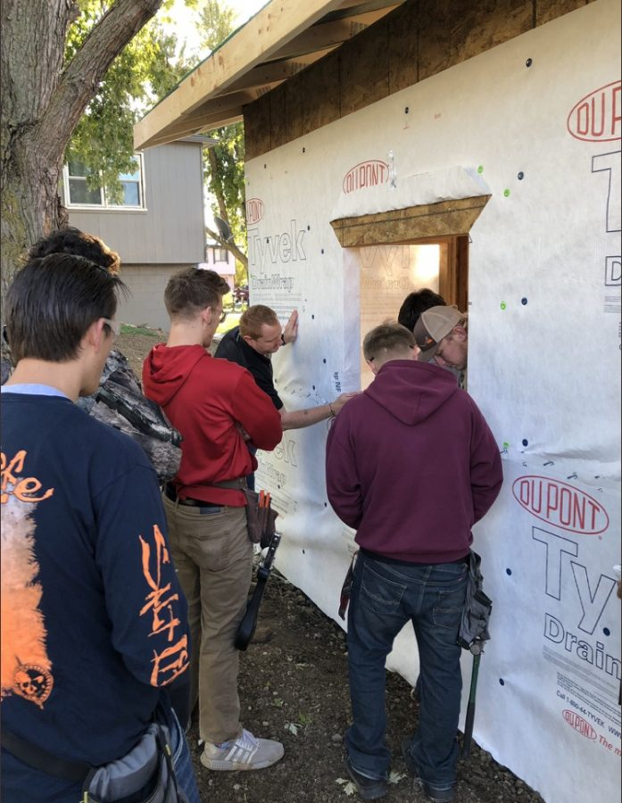 Platteview+students+worked+together+to+construct+a+building+for+the+community.
